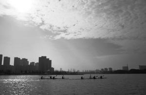 昨天,天空多云,气温适宜,皮划艇运动员在姚江上训练。 记者 张海华 摄