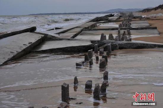 山东日照沿海防潮堤垮塌