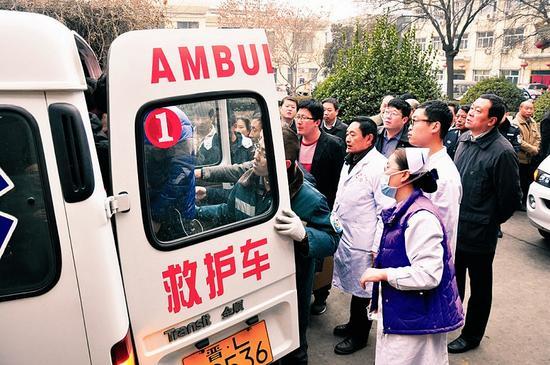 翼城两名受伤交警被抬上救护车。姚冬娟摄