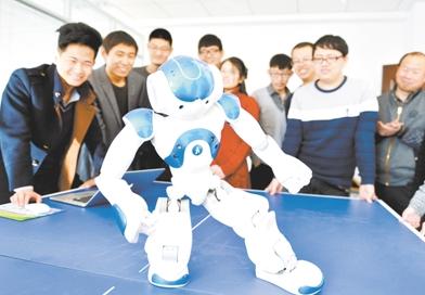 """为机器人""""傲云""""在表演蒙古族舞蹈《搏克舞》"""