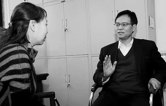 图为尹天五在接受山西日报记者采访。 本报记者王彦军摄