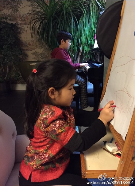 石头练琴妹妹学画
