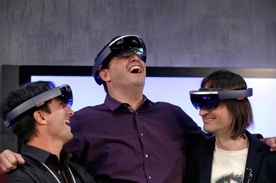 微软展示HoloLens全息眼镜
