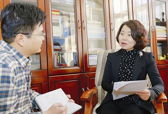 图为梁丽萍在接受山西日报记者采访。 本报记者王彦军摄