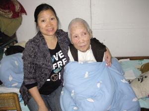 董江珍和婆婆在一起。
