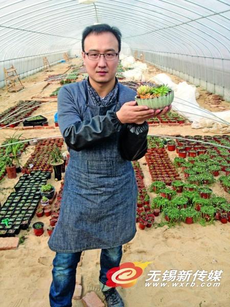 陈科手捧多肉花卉盆景,身后是上千盆自己亲手种植的多肉花卉。