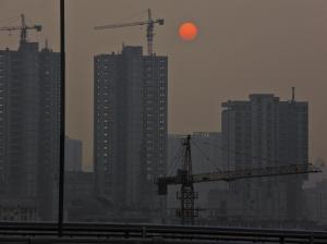 """昨天,甬城遭受霾""""袭击""""。下午5时,一片灰蒙蒙间,太阳好比""""红月亮""""。记者 龚国荣 摄于庆丰桥"""