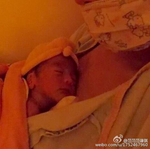 范范抱着儿子