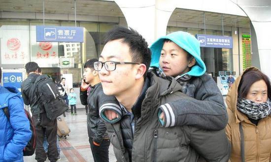 青农大支教老师背藏族学生远赴千里看病