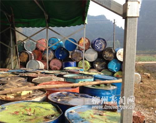 网友发的图片显示,现场堆放有不少铁桶