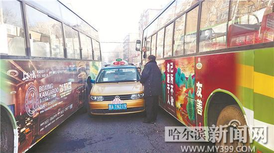 """哈尔滨公共汽车-公交车""""哥俩好""""-哈尔滨两公交会车夹住出租车 的哥被困车内高清图片"""