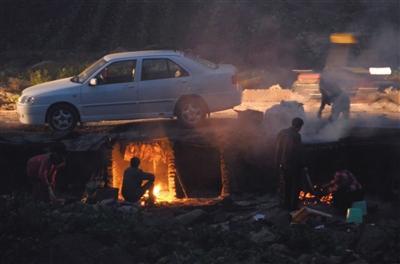1月20日,四川达州,当地民众在政府规划点或城郊自行熏制腊肉。此前,当地有官员排查空气质量重度污染的源头时,发现熏腊肉成了达州空气质量差的主要诱因。