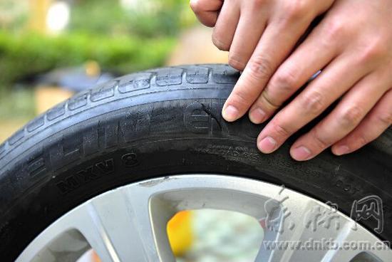 陈先生的小车轮胎被割了一道口子