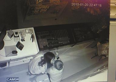 饰品店监控显示一对年轻男女在盗窃成功后热吻。