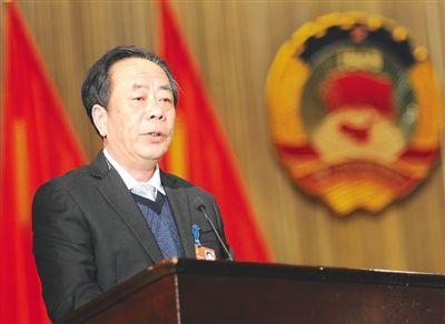 南平市政协主席张建光代表四届市政协常委会向大会作工作报告(肖明摄)