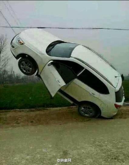 网曝司机将轿车开到电线杆拉索上