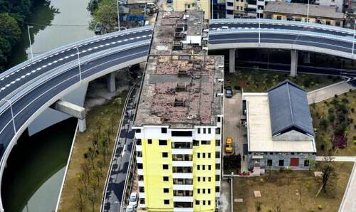 """广州一居民楼被""""困""""立交圈中"""