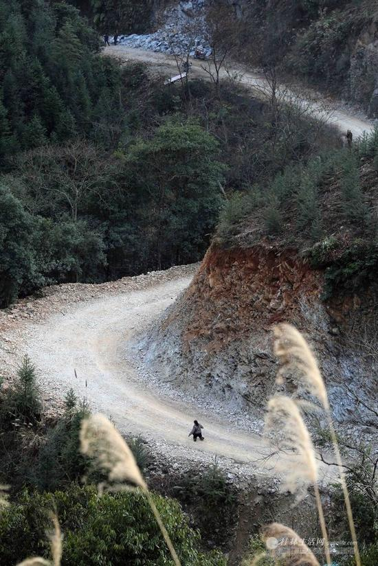 胡凤莲家距县城几十公里,其中有一段山路没有班车,只能跪着行走。所以,她一年回家的次数不超过5次。