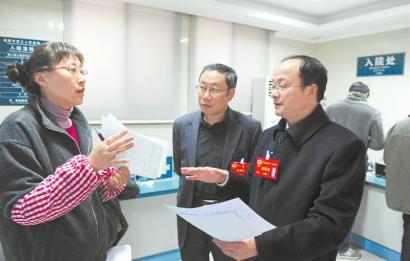 1月26日,省政协委员唐顺发(右)和何群(中)利用休息时间来到成都市第三人民医院,调研异地医保结算问题。