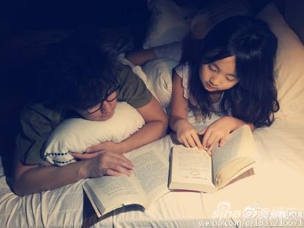 黄磊陪着女儿夜读