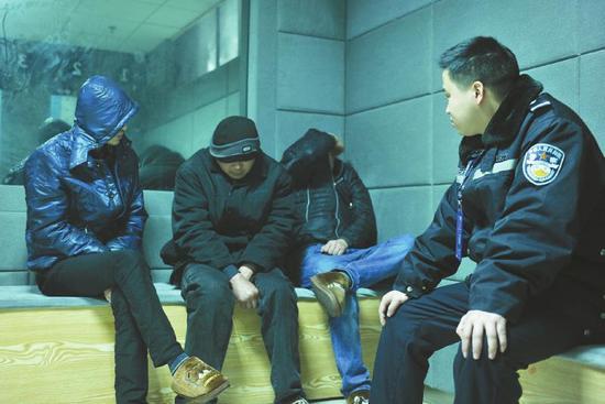 26日,成都交警四分局对三名涉嫌醉酒驾驶的男子做进一步的调查处理。