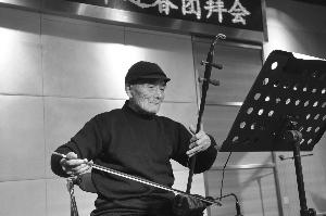 101岁登台表演拉二胡 不戴眼镜就能看清乐谱