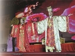 于小姐身着唐朝宫廷服饰演绎盛唐婚礼。