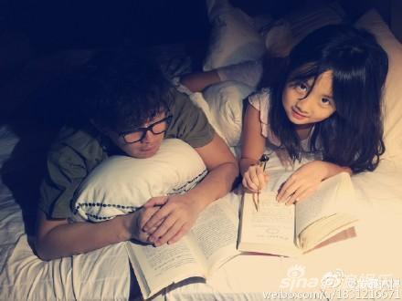 父女俩大晚上还读书,真是学霸啊!