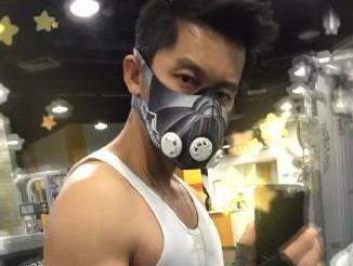 李晨戴面具秀肌肉
