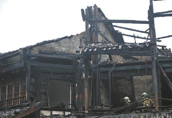 起火的三层小楼修建有防火墙,阻拦了火势的进一步蔓延。