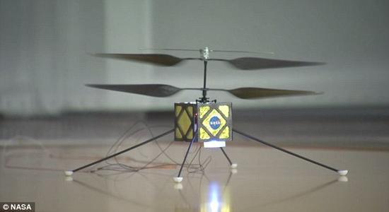 这款研制中的火星直升机采用传统的旋翼式,其头顶安装有旋翼翼片。重量约为2.2镑(1公斤),翼片展开长度约1.1米。