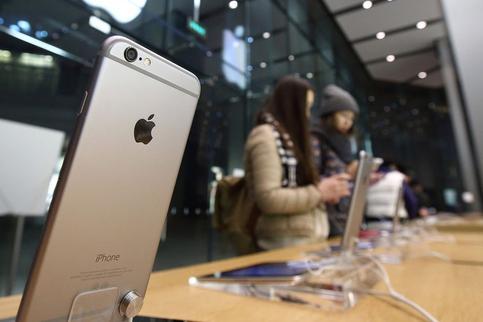 大屏给力 苹果比肩三星领跑智能手机市场