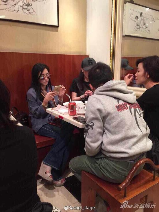 张柏芝和朋友聚餐不忘和儿子视频