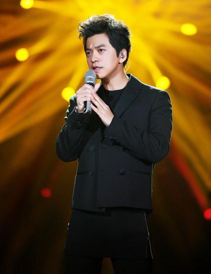 【新时尚】李健佩戴宝珀五十噚系列腕表亮相《我是歌手》