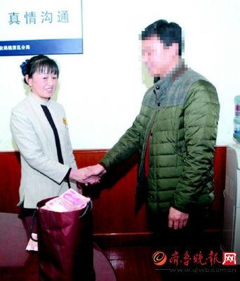 28日上午,在匡山派出所,失主韩先生一再向张海梅(左)表示感谢。