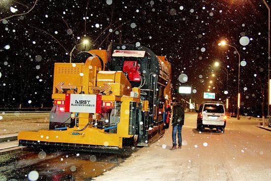 太原出动融雪车融雪。