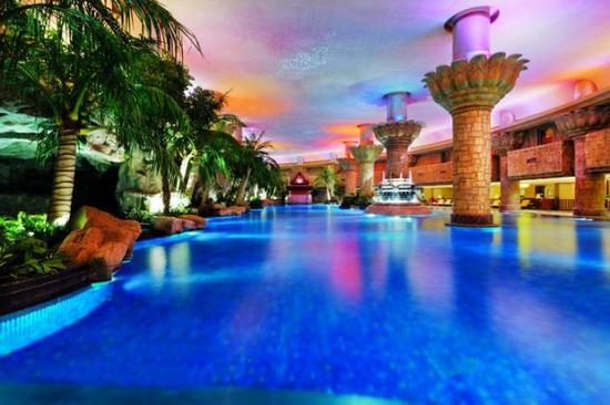 京城最美的游泳池就在北京君悦酒店,热带雨林的设计让你们有在海岛图片