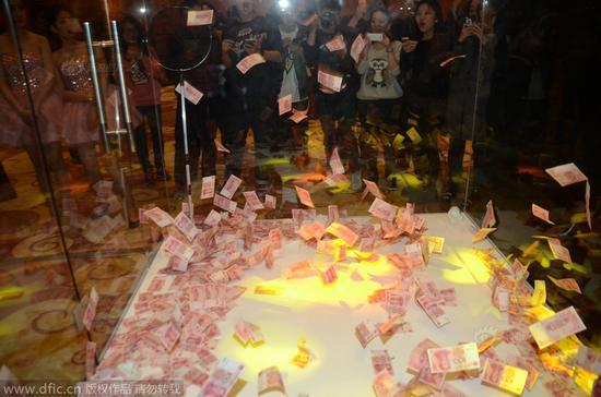 上海一公司年会撒数万现金 员工用网兜狂捞