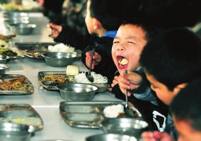 用餐时,小熊将盘子内的饭菜都吃得很干净
