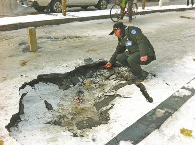 """路面塌陷,""""坑""""罢轿车坑电动。"""