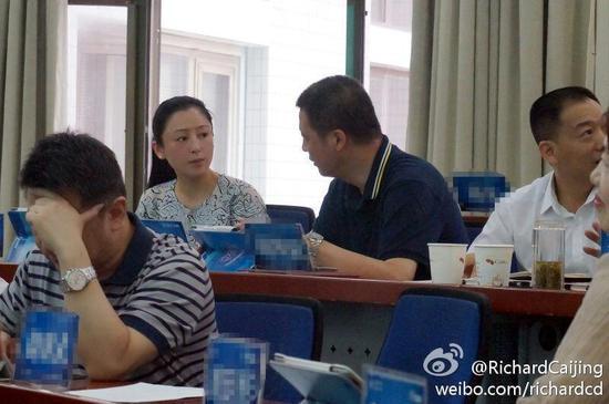 陈红上课与同学交流
