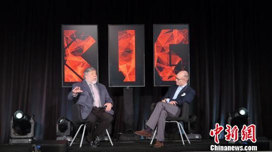 沃兹尼亚克在THE BIG TALK现场与主持人交流(来自中国新闻网)