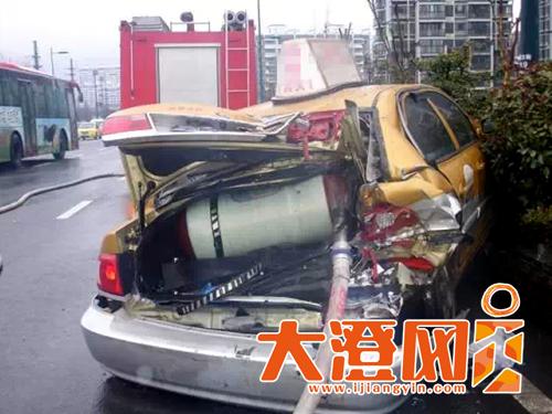 出租车与大卡车相撞,天燃气钢瓶发生严重泄漏