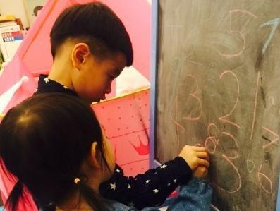杨阳洋教奥莉写数字