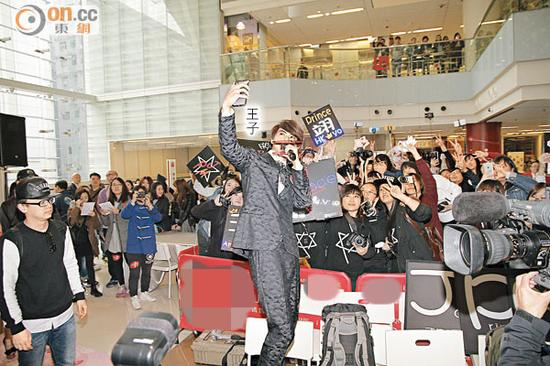 王子用手机和大批粉丝自拍