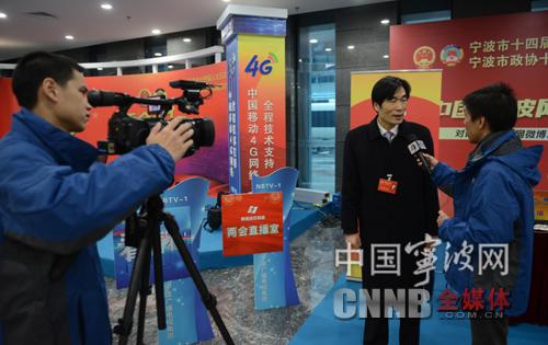 图为全媒体记者采访政协委员