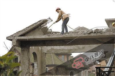 昨天,江北区开展违法建筑集中整治行动,执法人员对太阳海岸别墅区违法建筑进行强拆。