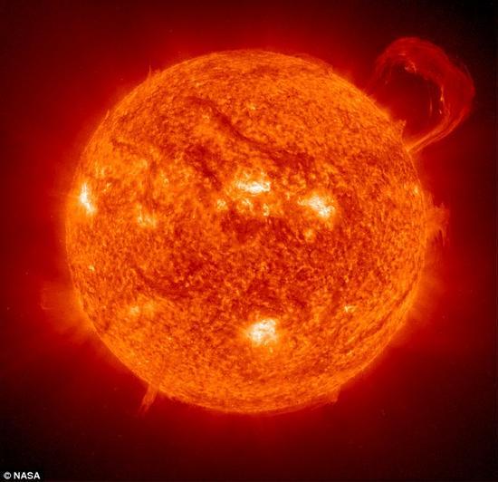 当我们的太阳耗尽其核区全部的氢燃料之后,同样的情景也将会发生。科学家们预测这一过程将在大约70亿年之后发生,届时太阳将会膨胀成为一个红巨星。
