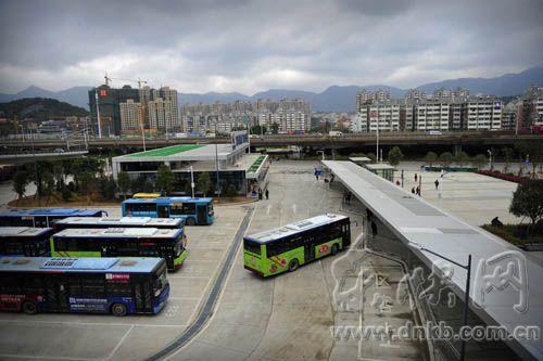 火车站北广场的公交车停靠点