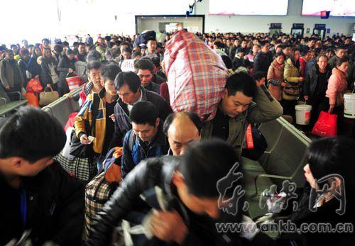 许多乘客赶在春运前日乘车回家 东快记者 吕诚图